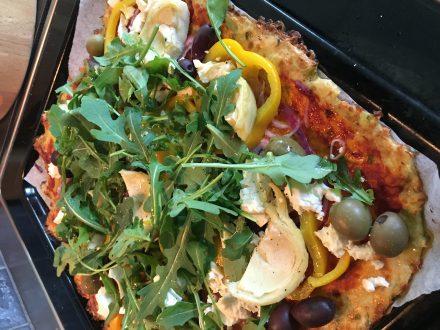 Grekisk pizza på blomkålsbotten